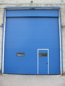pramoniniai vartai su durimis